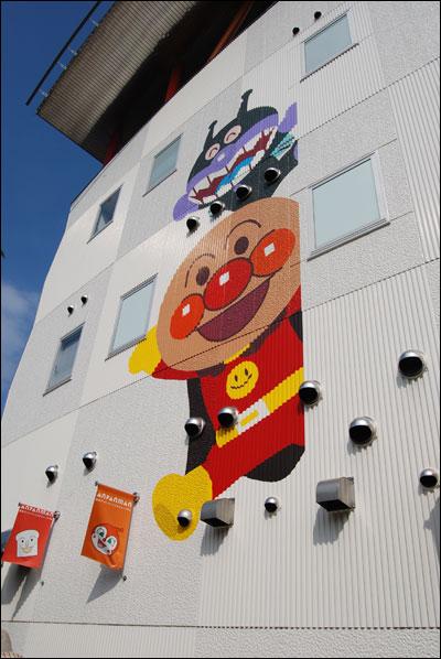 アンパンマンこどもミュージアム、建物の壁面の絵